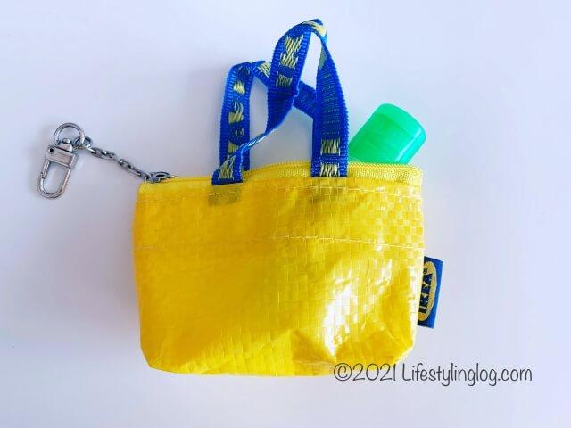 IKEA(イケア)KNÖLIG(クノーリグ)のバッグからはみ出しているハンドサニタイザー