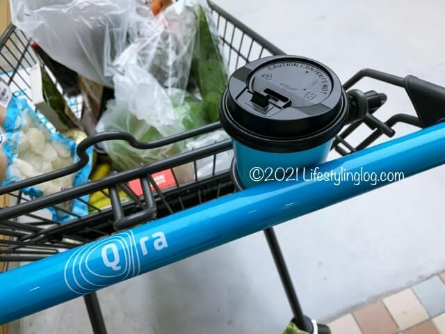 Qra@The Storiesの買い物かごに置いたコーヒーカップ