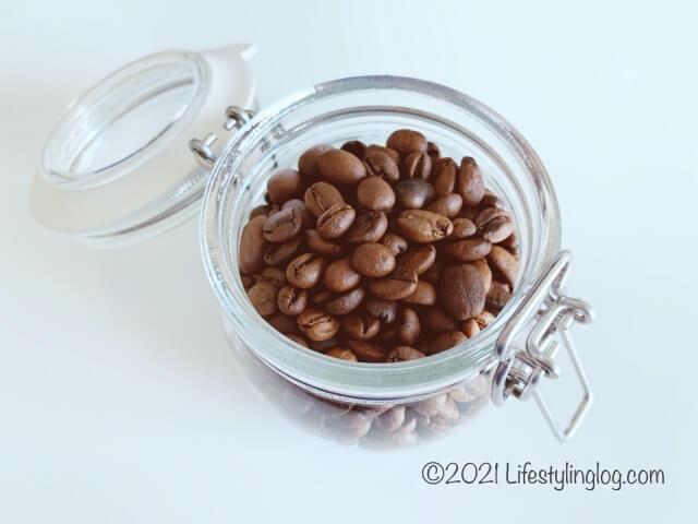 コーヒー豆を入れたIKEA(イケア)KORKEN(コルケン)のふた付き容器