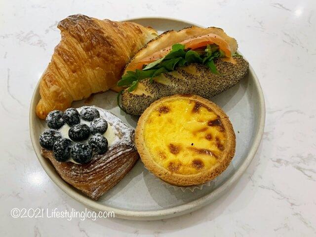 お皿に持ったCroisserie Artisan Bakery @ Damansara Heightsのペイストリー