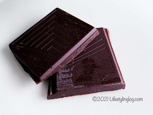 カットしたIKEA(イケア)BELÖNING(ベローニング)のコーヒークランチダークチョコレート