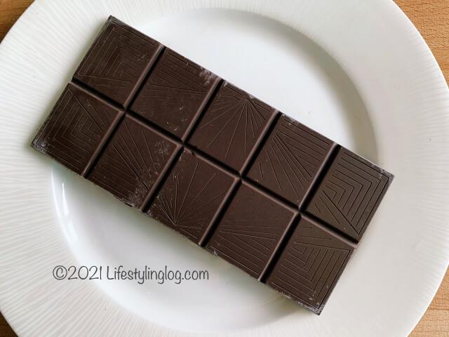 開封したIKEA(イケア)CHOKLAD MÖRK(ショクラード・ムルク)のカカオ70%ダークチョコレート