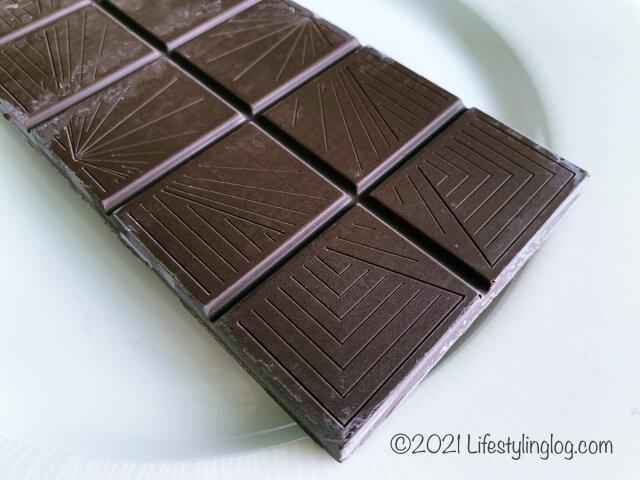 お皿に置いたIKEA(イケア)CHOKLAD MÖRK(ショクラード・ムルク)のカカオ70%ダークチョコレート