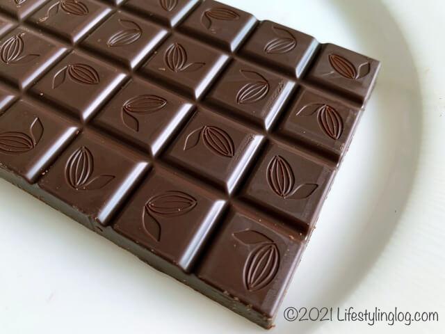 お皿に置いたIKEA(イケア)CHOKLAD MÖRK(ショクラード・ムルク)のダークチョコレート