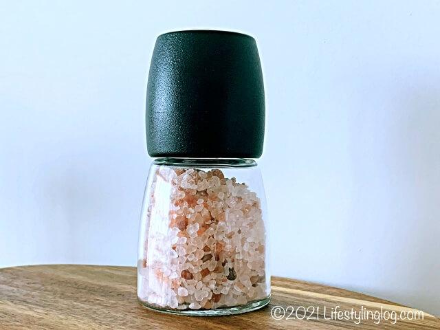 岩塩(ヒマラヤピンクロックソルト)を入れたIKEA 365+ IHÄRDIG(イーヘーディグ)のスパイスミル