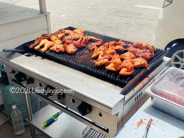 KELATE KITCHENの店先で焼いている鶏肉