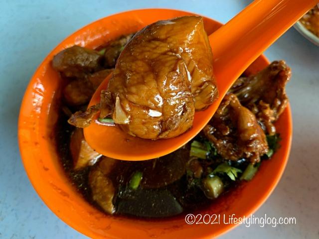 強記補品(Keong Kee Herbal Soup)のBraised Chicken with Black Fungus & Gingerの鶏肉