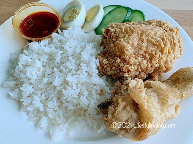 お皿に持ったマレーシアのKFCのNasi Atuk KFC Combo with Nasi Lemak