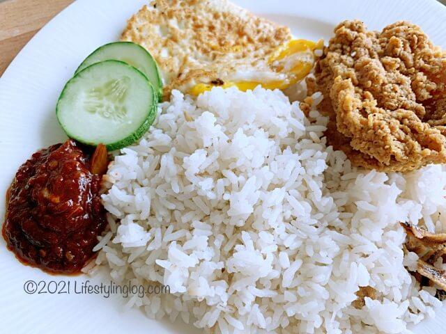お皿に盛り付けたマレーシアのマクドナルドのNasi Lemak McD(ココナッツライス)