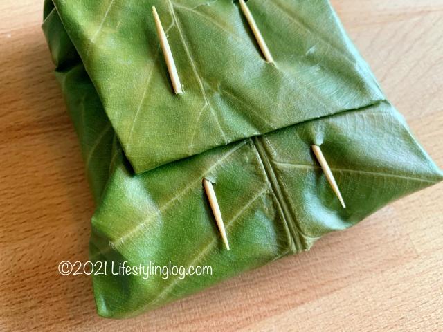 Dillenia suffruticosa(Simpoh Air)で包んだテンペに爪楊枝をさしたところ