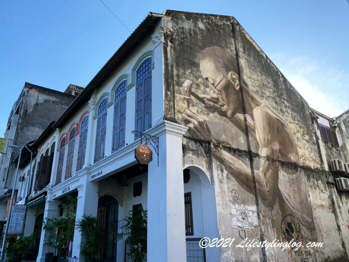 Beryl's Lot18の店舗外壁に描かれたJulia Volchkovaさんのストリートアート作品