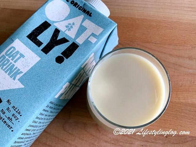 グラスに注いだOatly!のオリジナルオートミルク