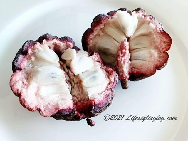 半分に割った赤釈迦頭(red custard apple)レッドアテス