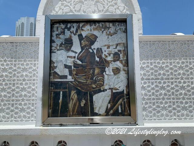 ムルデカ広場の旗の下にあるマラヤの独立を宣言するTunku Abdul Rahman