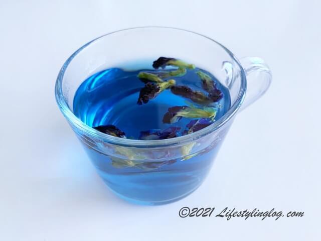 濃いめに抽出したバタフライピー(チョウマメ)のお茶