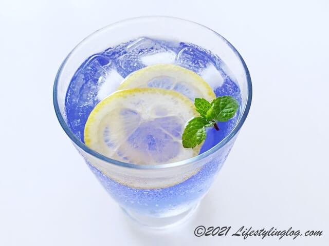 ソーダとレモンスライスを加えたバタフライピーで作った青いお茶