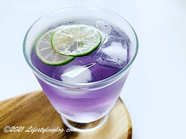 ライムやレモンを入れて紫色になったバタフライピーフラワーのお茶