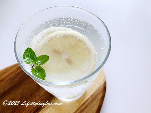 ココナッツウォーターに炭酸水と生姜を加えて作ったジンジャーエールアレンジレシピ