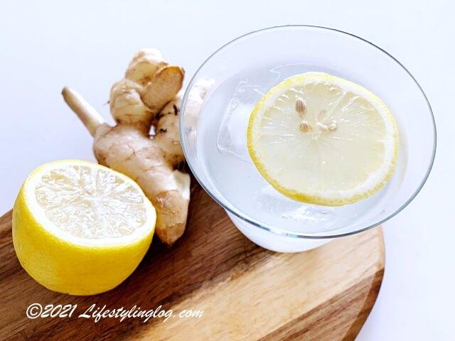 レモンと生姜を入れたココナッツウォーター