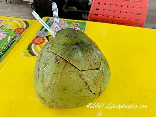 未成熟のココナッツとその中に入っているココナッツウォーター