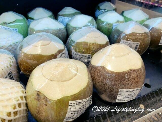マレーシアのスーパーで販売されているフレッシュココナッツジュース