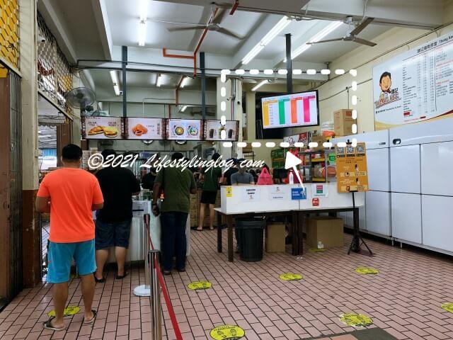 溏記海南茶室(Thong Kee Cafe)にある呼び出しナンバー電子ボード